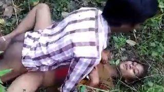 जवान देसी लड़की को भाई के दोस्त ने खेत में चोदा