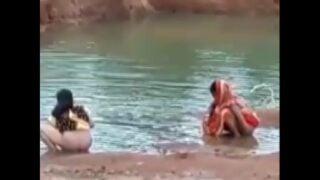 हग के तालाब में गांड धोई देहाती लेडीज़ ने