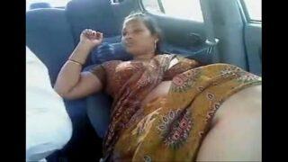 तमिल आंटी की कार में चुदाई