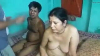 वाचमेन से चुदवाते हुए पकड़ी गई बंगाली आंटी