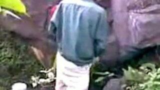 जंगल में चट्टान के पास देसी अंकल आंटी की चुदाई