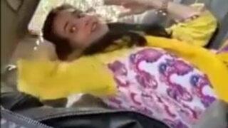 पाकिस्तानी लड़की ने कार में लंड चूसा